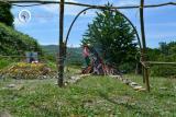 Osho Inipi Circle 21° anno - sabato, pausa pranzo: la struttura è completata, manca la copertura. Il fire man si prende cura del fuoco.